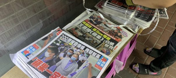 Hong Kong residents defy China, rush to buy pro-democracy newspaper after owner's arrest [Photo Credit: Twitter@jessiepang]