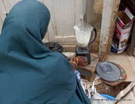 Fulani woman using blender to mash fura da Nono. [Photo By Mohammed Lere]