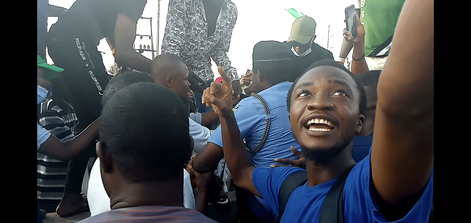 Abuja #EndSARS protesters hailing the 'heroic' police officer