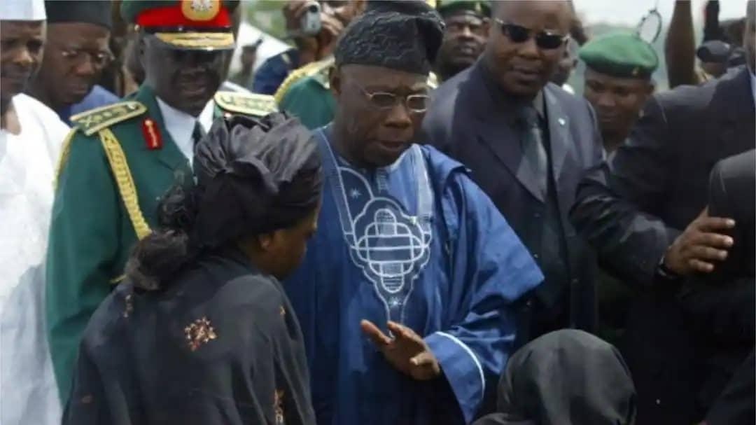 President Olusegun Obasanjo consoling Oluyemisi Balogun, widow of the pilot of the crashed plane in 2006. Photo credit: PIUS UTOMI EKPEI/AFP