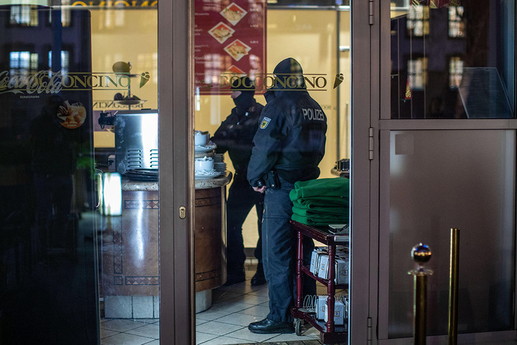 Police at an ice cream parlor in the Citypalais in Duisburg. Investigators in Germany, Italy, the Netherlands and Belgium raided 'Ndrangheta members in December 2018.