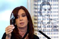Cristina Fernández sostiene una prueba de petróleo extraído en Argentina. Foto: AP
