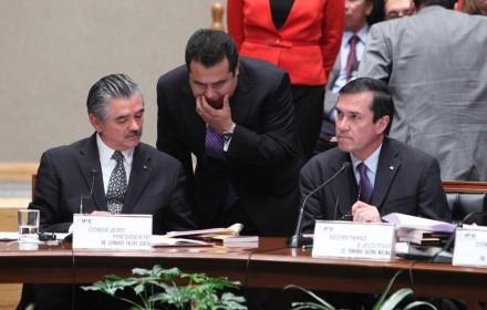 Leonardo Valdés Zurita; Alfredo Cristalinas, director de fiscalización; y Jacobo Molina, secretario. Foto: Benjamin Flores