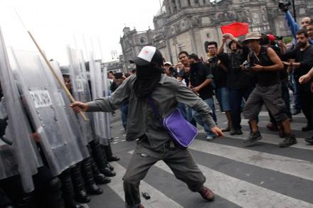 """Chocan manifestantes y granaderos en marcha por el """"Halconazo"""". Foto: Hugo Cruz"""
