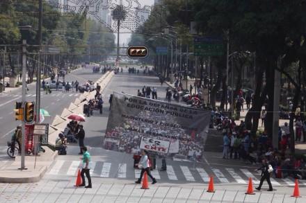 Maestros de la CNTE protestan en la embajada de EU. Foto: Benjamin Flores