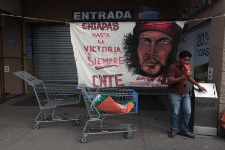 Maestros de la CNTE bloquean Walmart Buenavista. Foto: Miguel Dimayuga