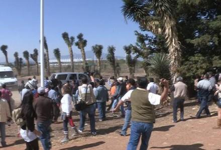 La agresión de los maestros a la camioneta donde viajaba Chuayffet. Foto: Tomada de Twitter @TV3Noticias