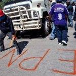 Maestros y normalistas bloquean la autopista Del Sol. Foto: Germán Canseco