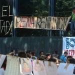Clausuran simbólicamente la sede de la PGR por caso Ayotzinapa. Foto: Hugo Cruz