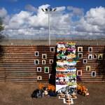 Una ofrenda a los migrantes muertos en Tijuana. Foto: Xinhua / Guillermo Arias