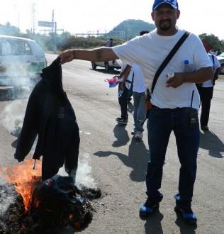 Integrante de la Fuerza Rural quema su uniforme. Foto: Especial