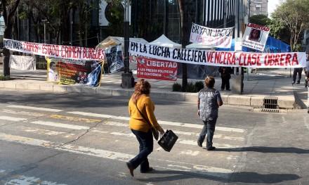 Tercer día del plantón por Ayotzinapa en la PGR. Foto: Benjamin Flores