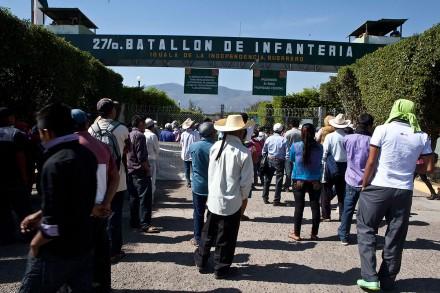 Familiares de normalistas en el 27 Batallón de Infantería en Iguala, Guerrero. Foto: Germán Canseco