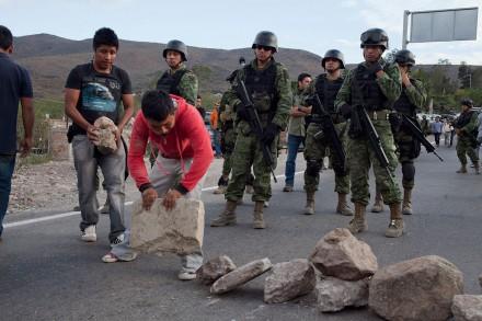Habitantes de Petaquillas, Guerrero, retienen a militares. Foto: Miguel Dimayuga
