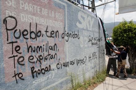 Normalistas retiran propaganda electoral en Chilpancingo. Foto: Germán Canseco