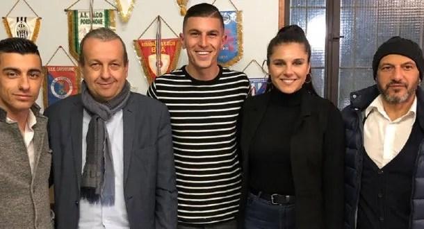 El delantero posa junto a su novia y a las autoridades del club italiano