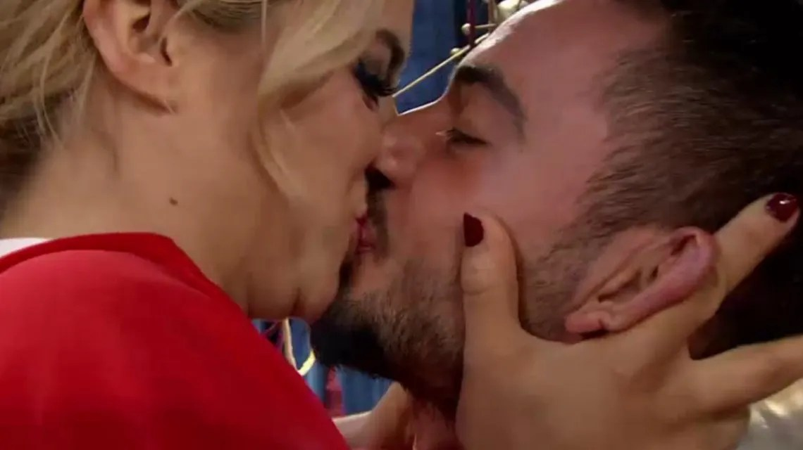Mirá el beso que le dio Flor Vigna a su novio tras ser salvada en ShowMatch