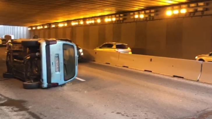 Accident grav, în Pasajul Băneasa: două victime, după ce o mașină s-a  răsturnat. Traficul, îngreunat - VIDEO