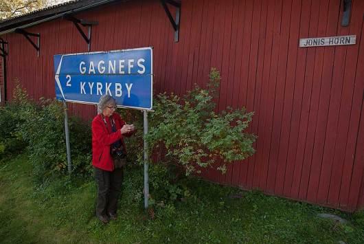 Irene loggar en cache i Gagnef. En av de lättare burkarna.