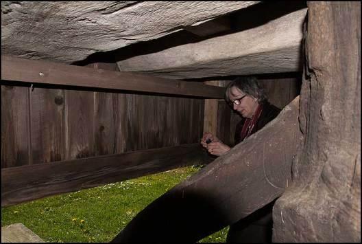 Irene loggar en väl gömd cache under en väderkvarn