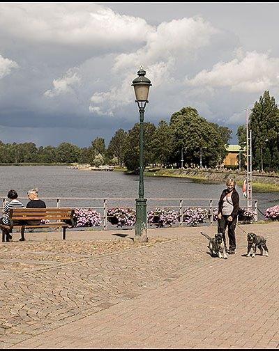 Sola i Karlstad, egentligen Eva Lisa Holtz var servitris och ägde en krog i gamla Karlstad. Hon blev känd för sitt glada och