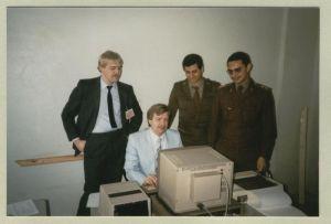 ABC80 Klubben i Molkom ano 1982. Den lokala ABC-klubben på pappersindustrin är entusiastiska över det nya databasprogrammet de fått skickat till sig på kassett. Äntligen kan de katalogisera sin gemensamma samling souveniraskkoppar från resor utanför Skandinavien exklusive Öst-Tyskland.