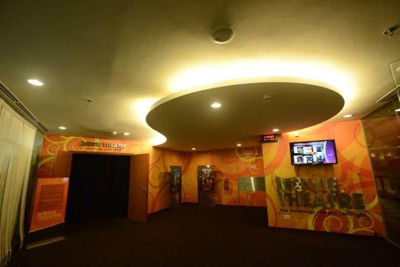 Exista un cinema, cu cele mai tari filme ale momentului care ruleaza non-stop.