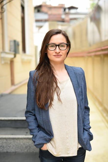 """Maria Olteanu - Group Account Director: """"Poti sa explici cu succes un lucru complicat numai daca l-ai inteles foarte bine. Totusi, inca nu am reusit sa-i explic mamei mele ce fac eu la Kubis zi de zi. Sa zicem ca jobul principal al oamenilor de client service este sa rezolve problemele si sa faca viata mai usoara pentru cei implicati in proiect."""""""
