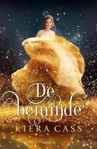 Cover van De beminde geschreven door Kiera Cass. Een donkere achtergrond en we zien een meisje met een goude baljurk aan en goude glitter rondom haar.