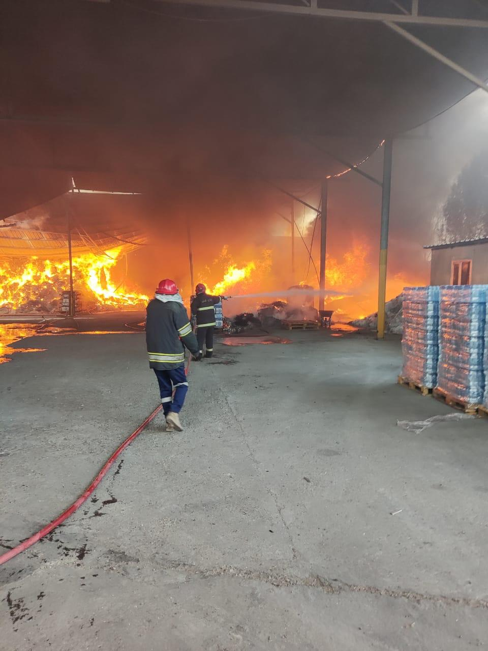 "خسائر فادحة بنشوب حريق ""هائل"" داخل معمل للعصائر شمالي بغداد .. صور"