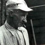 """Fredrik Engström 1890-1969, son till Anna Granström """"Waksa-Anna"""" från Rödingsträsk och Johan Fredrik Engström, Bodträskfors. Han var gift med Helga Wikström, Holmträsk. En duktig träarbetare som hjälpte till med olika byggnationer i Rödingsträsk, har det berättats."""
