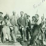 AK-arbetare, längst fram Enar Hedström 1903-1939 sittande i profil på sin spade.
