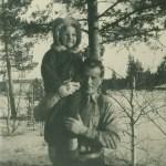 Sten Larsson 1911-1967 från Kettisträsk, styvfar till Gun och Kerstin. Här med dottern Monika 1945-1980.