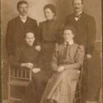 """Olof Gustaf Rutströms barn, fr v August 1884-1967, Emma 1886-1944, Lars Olof """"Olle"""" 1871-1918, sittande fr Eva 1876-1959 och Edla 1890-1915."""