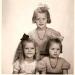 Systrarna Connie och Birgit, döttrar till Irma och Artur Boström, i stickade ylleklänningar och kusinen Siv, dotter till Zoé och Karl Edeklint.