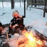 En nöjd ung renskötare framför elden, Edvard Edman Högling.