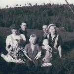 I Lövudden 1943; fr v Stens Mikaelsson 1916-2015 med dotter Else-Britt f 1942 i knät, Alf Eriksson f 1937, här 6 år med lillasyster Ulla-Britt f 1942 intill och mamma Linnéa 1914-74, bakom t v pappa Adrian Eriksson 1915-93 och t h Anders Långström 1911-73 från Kvarnån.