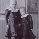 Systrarna Edman, Svea 5 år och Signe 3 år. Förmodligen är fotot taget i skolan efter deras faders död 1907.