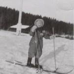 Marianne Mikaelsson f 1936 på skidor, yngsta barn till Oskar och Anna Mikaelsson.