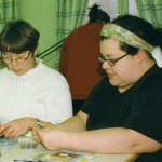 Flitiga fingrar II; Ann-Charlotte och Anna Stina med Anneli i bakgrunden. Foto: Camilla Labba