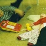 Moa i samspråk med Anns barn Johannes och Ella. Foto: Camilla L