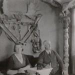 Desideria Sundesson, Harads, gifte sig med Mikael Näslund 1909, då Sivert var två år. På väggen bakom de två hänger både vapen och jakttroféer. En imponerande klenod är den uppstoppade örnen med sitt byte i klorna, en hare.