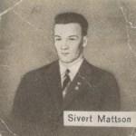 Sivert Mattsson var en av 30-talets största skidlöparnamn tillsammans med Sven Utterström. Bägge fick genom sina goda idrottsliga prestationer äran att bli uttagna till den svenska skidtruppen i Lake Placid och olympiaden 1932. Här ett idolporträtt av den unge Sivert som kunde finnas i tablettasken Kneipp.