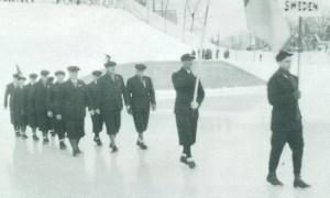 Svenska OS-truppen paraderar på inmarsch till olympiska arenan i Lake Placid 1932.