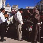 Prästen välsignar både bilar och människor. Copacaban