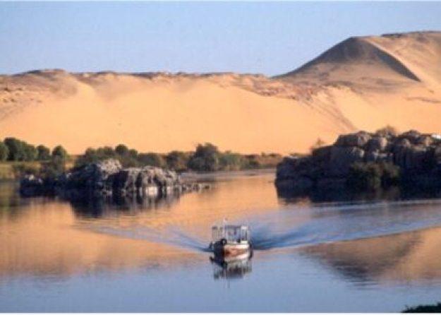 Sanddyner och färja. Elefantineön