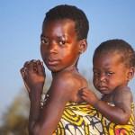 Två av barnen. Byn Auchubunyor