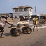 På väg till marknaden. Accra