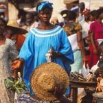 Kvinna med blå klänning. Marknaden. Accra