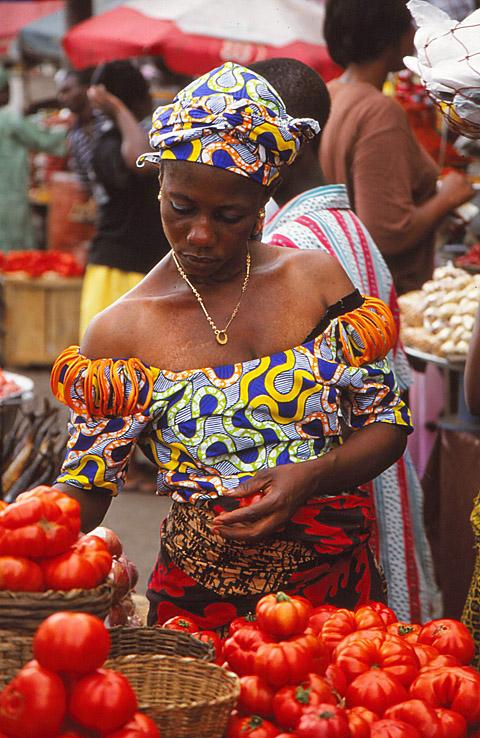 Kvinna på marknad. Accra